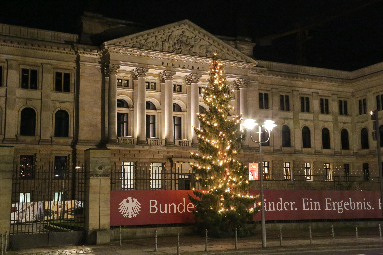 Weihnachtsbaum Fällen Berlin.Bundesrat Fotos Ein Berliner Original Vor Dem Bundesrat Der