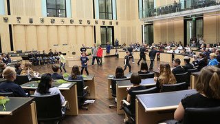 Foto: Breakdance im Plenarsaal
