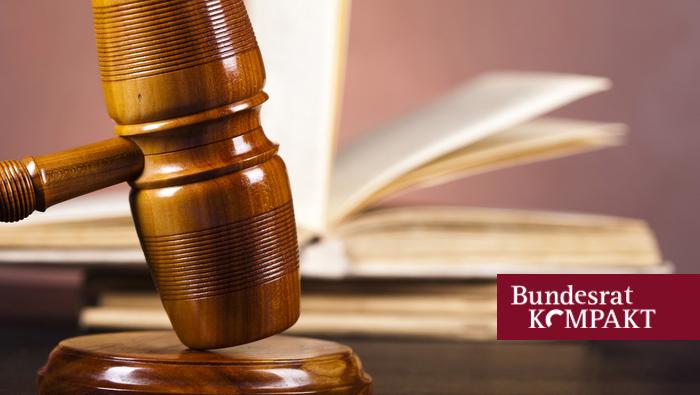 Foto: Richterhammer und Gesetzbuch